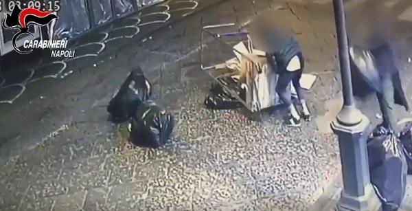 Pompei, rovesciano immondizia in strada per gioco e si filmano: identificati 4 studenti