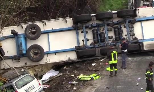 Savona, tir si ribalta e uccide due operai in autostrada: uno era di Sala Consilina