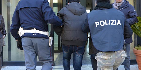 Napoli, continue aggressioni e richieste di soldi alla madre: fermato 35enne dell'Avvocata