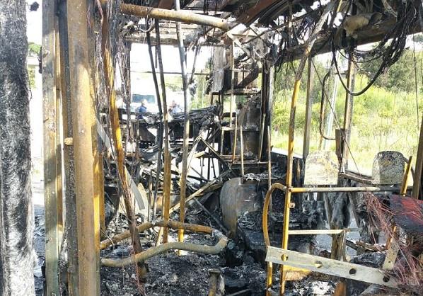 """Ercolano, autobus Anm distrutto da incendio durante la marcia. L'autista: """"Tradito dall'estintore"""""""