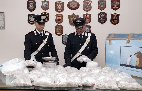 Napoli, 22mila dosi di eroina e kobret in cantina: arrestato 44enne