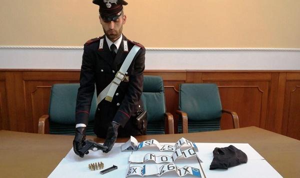 Quarto, pistola e targhe false adesive in auto: due arresti