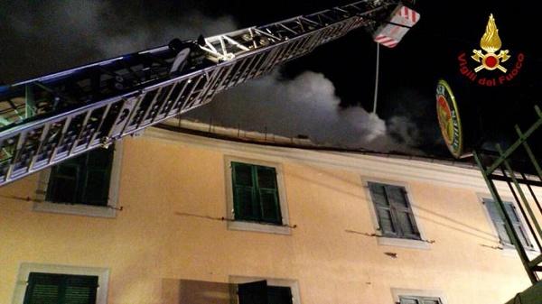 Genova, brucia casa: coppia lancia figlio da finestra, bambino e padre gravi