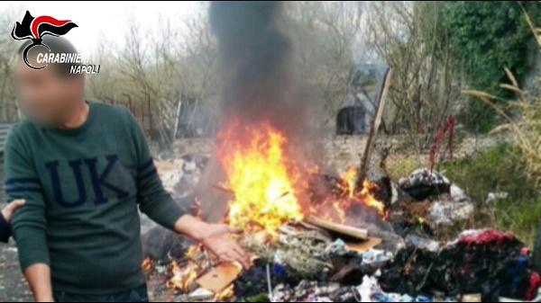 Qualiano, bruciano rifiuti vicino a una casa: tre arresti