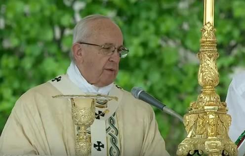 """Papa Francesco, messaggio di Pasqua: """"Uno scandalo le differenze tra poveri e ricchi del mondo"""""""