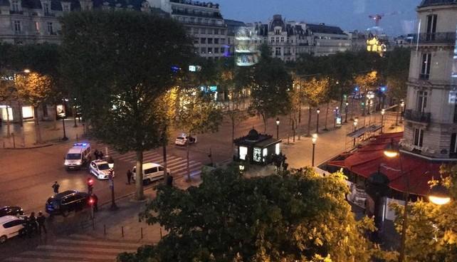 Assalto a colpi di kalashnikov, nuovo terrore a Parigi: poliziotto e aggressore morti sugli  Champs Elysees