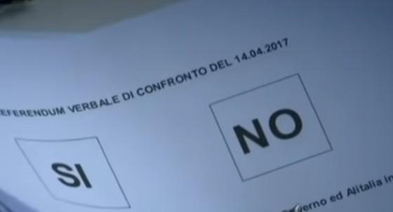 """Alitalia, Gentiloni dopo il flop del governo: """"Deluso dal referendum"""". Ora si punta al prestito-ponte"""