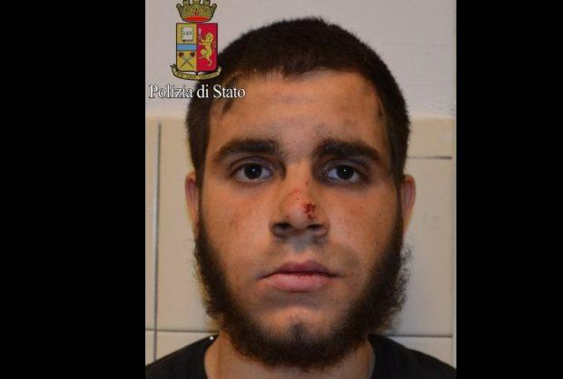 Milano, accoltella agente e militari: profilo Fb inneggia all'Isis