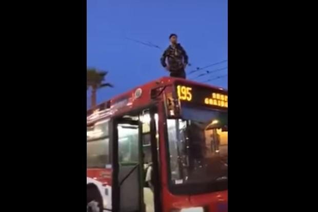 Napoli, ragazzo sale sul tetto dell'autobus e chiede aiuto: ira degli automobilisti, il video è virale