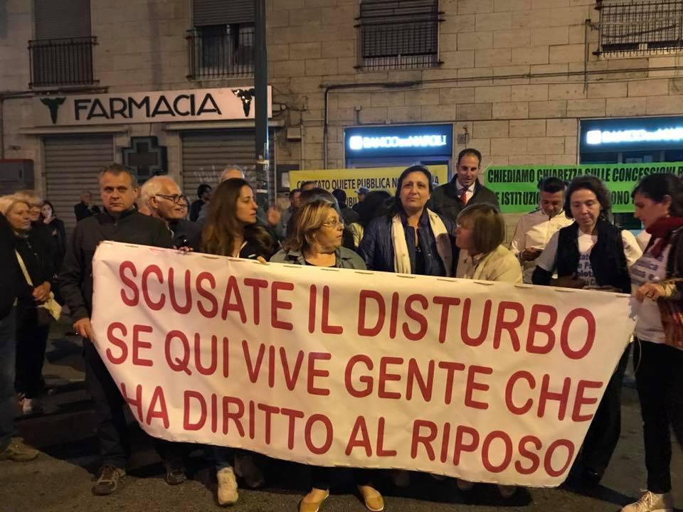 """Napoli, a Bagnoli residenti in piazza contro la movida selvaggia: """"Abbiamo diritto al riposo"""""""