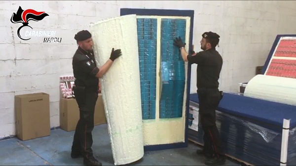 Gricignano, sequestrate 6 tonnellate di sigarette di contrabbando: 5 arresti