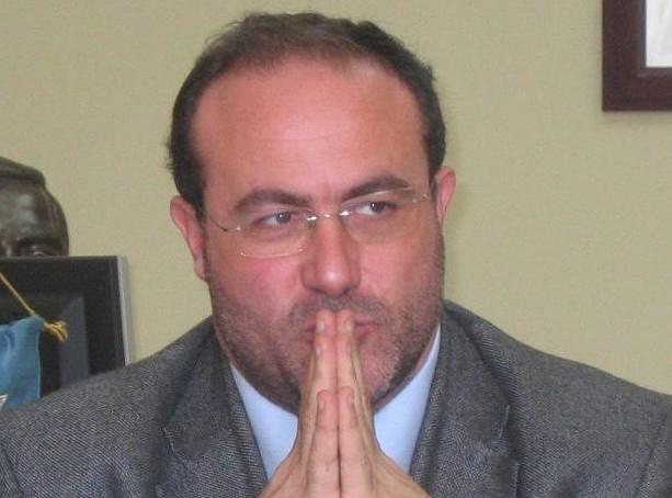 Marcianise, l'ex sindaco Fecondo accusato di legami con il clan: perquisizione in Comune