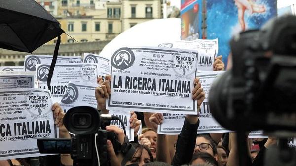 Al via Futuro Remoto: boom visitatori e protesta precari Cnr. De Luca-De Magistris, stretta di mano