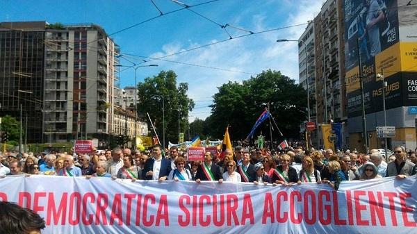 """Milano, alla marcia pro accoglienza del Pd scatta la contestazione: """"Vergogna, siete la destra"""""""