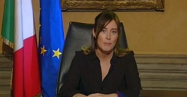 """Libro accusa: """"Boschi chiese a Unicredit di comprare Banca Etruria"""". Lei smentisce: """"Campagna di fango"""""""
