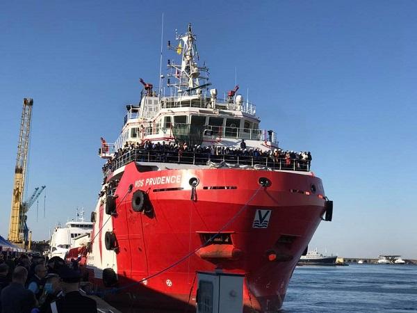 A Napoli la nave con 1500 migranti: 500 restano in Campania, a bordo 2 donne morte
