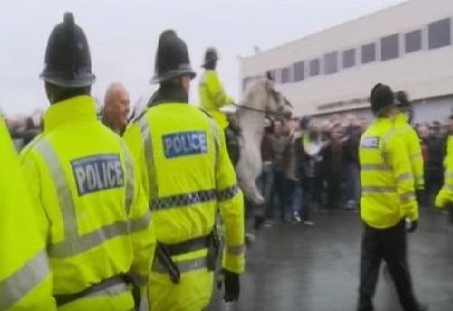 """Nuova allerta a Manchester, evacuato centro commerciale: uomo fermato. Testimoni: """"Forte boato"""""""