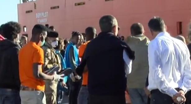 Salerno, sbarcati 990 migranti: a bordo bambino morto