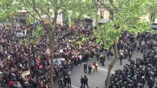 """Parigi, subito in piazza contro Macron: """"Fai regressione sociale"""". Scontri con la polizia"""