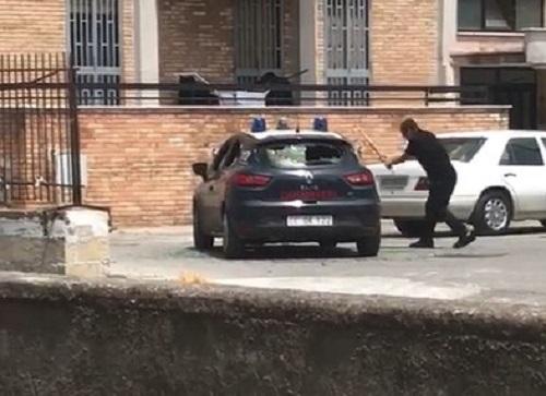 Torre Annunziata, uomo sfascia a bastonate l'auto dei carabinieri