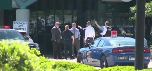 """Usa, ex poliziotto accoltellato in aeroporto del Michigan: """"Aggressore ha urlato Allah Akbar"""""""