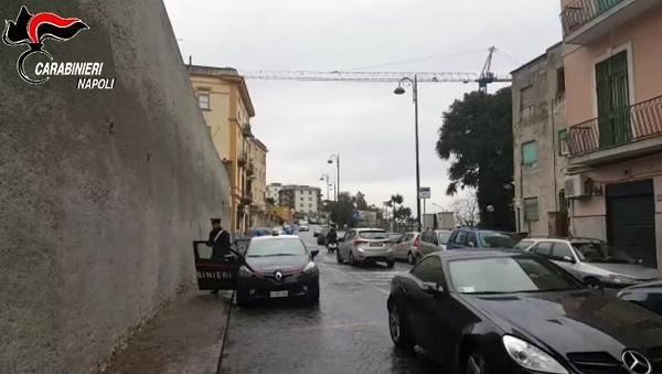 Napoli, rapinarono cellulari a due ragazzine ma li persero nella fuga: due arresti