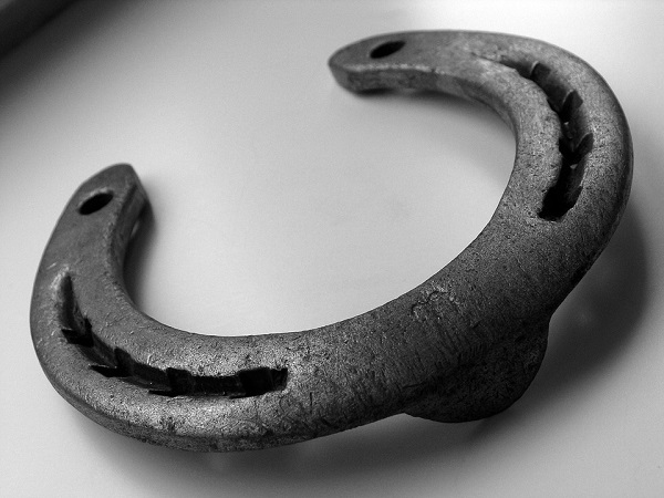 Ferro di cavallo, simbolo della tradizione tra superstizione e credenze popolari