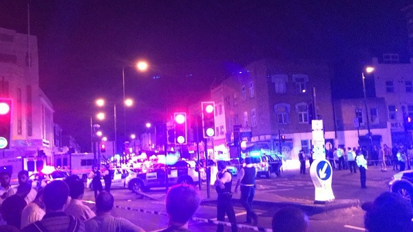 Londra, ancora un furgone contro la folla: ci sono feriti, uomo arrestato