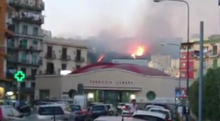 Napoli, incendio in collina: brucia vegetazione a Fuorigrotta