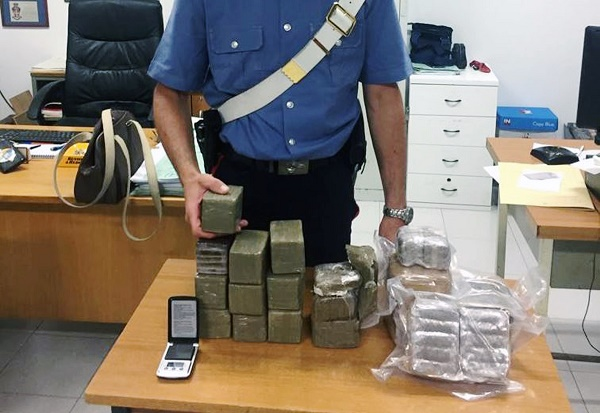 Quarto, 10 kg di hashish nella cameretta del figlio: arrestata