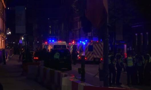 Incubo attacco a Londra, furgone investe passanti sul ponte: diversi feriti, 3 sospetti in fuga