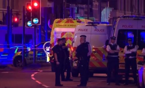 Londra, furgone travolge folla all'uscita della moschea: 1 morto e 8 feriti, arrestato l'autista