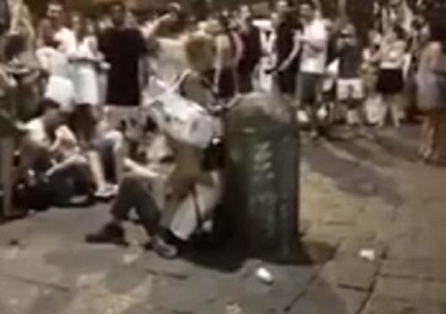 Napoli, sesso in strada a piazza San Domenico Maggiore: denunciata ragazza del video