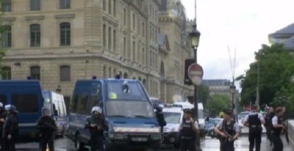 Paura a Parigi, poliziotto aggredito a martellate: aggressore ferito da spari