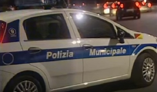 Napoli, agenti polizia municipale salvano anziana e 2 bimbi da incendio