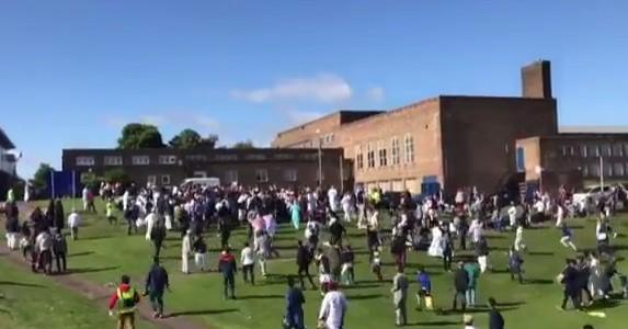 """Newcastle, auto su folla vicino a moschea: 6 feriti. La polizia: """"Non è terrorismo"""""""