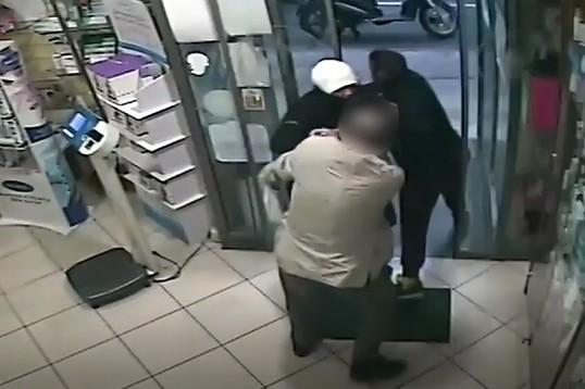 Casavatore, messi in fuga da farmacista e cliente: presi i due rapinatori