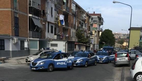 Napoli, blitz al Rione Traiano: sequestrate armi e droga