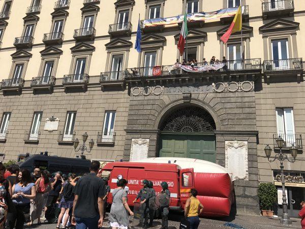 Diritto all'abitare, attivisti occupano Comune di Napoli: tensioni fuori