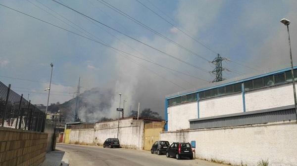 Napoli brucia, roghi da Agnano a Posillipo: salvate 3 persone