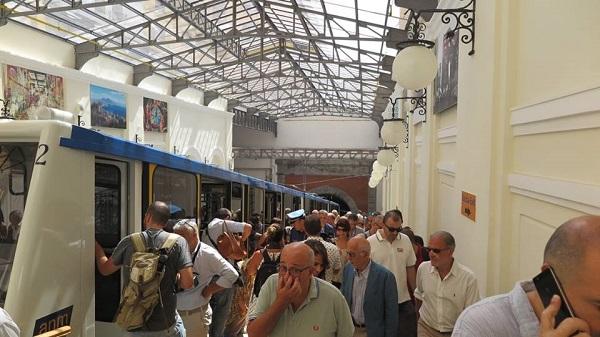 Napoli, la funicolare centrale riapre ma si ferma subito per un guasto alle porte
