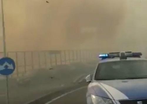 Paura al Vomero, vasto incendio sotto la tangenziale: evacuati due palazzi