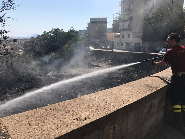 Incendio anche a Napoli, fiamme a Fuorigrotta: palazzo evacuato