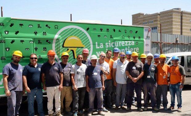 Napoli, i lavoratori accolgono il camper che diffonde sicurezza