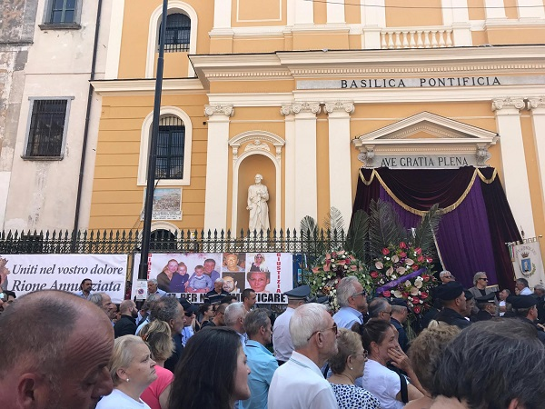 Crollo Torre Annunziata, in migliaia ai funerali delle vittime
