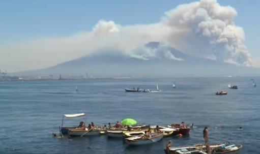 Vesuvio in fiamme, ancora diversi focolai