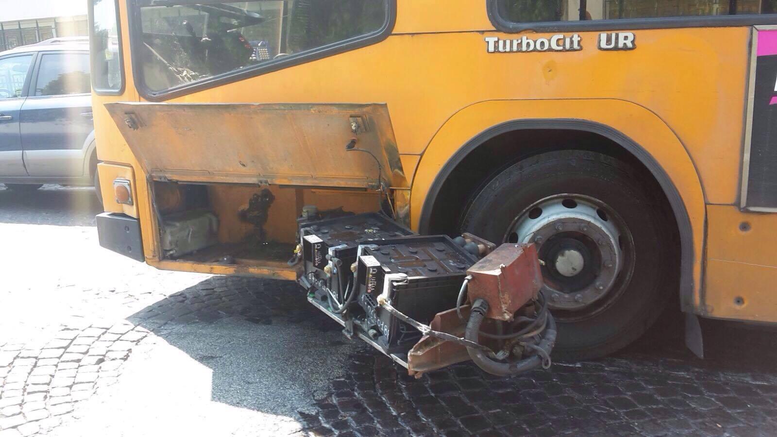 Napoli: I bus-carretta dell'Anm sono un pericolo pubblico, danneggiato un pullman turistico