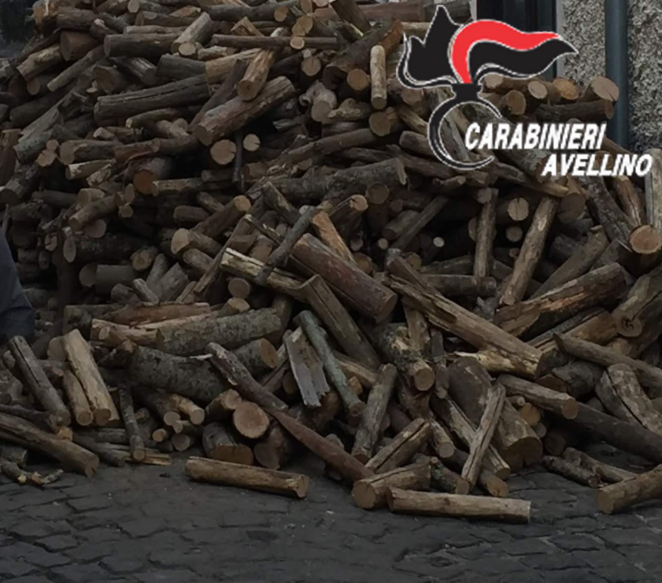 Montella, bloccano la strada con la legna: quattro persone denunciate dai carabinieri