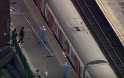 """Londra, bomba nel metrò fa 29 feriti. Caccia all'uomo: """"E' terrorismo"""""""