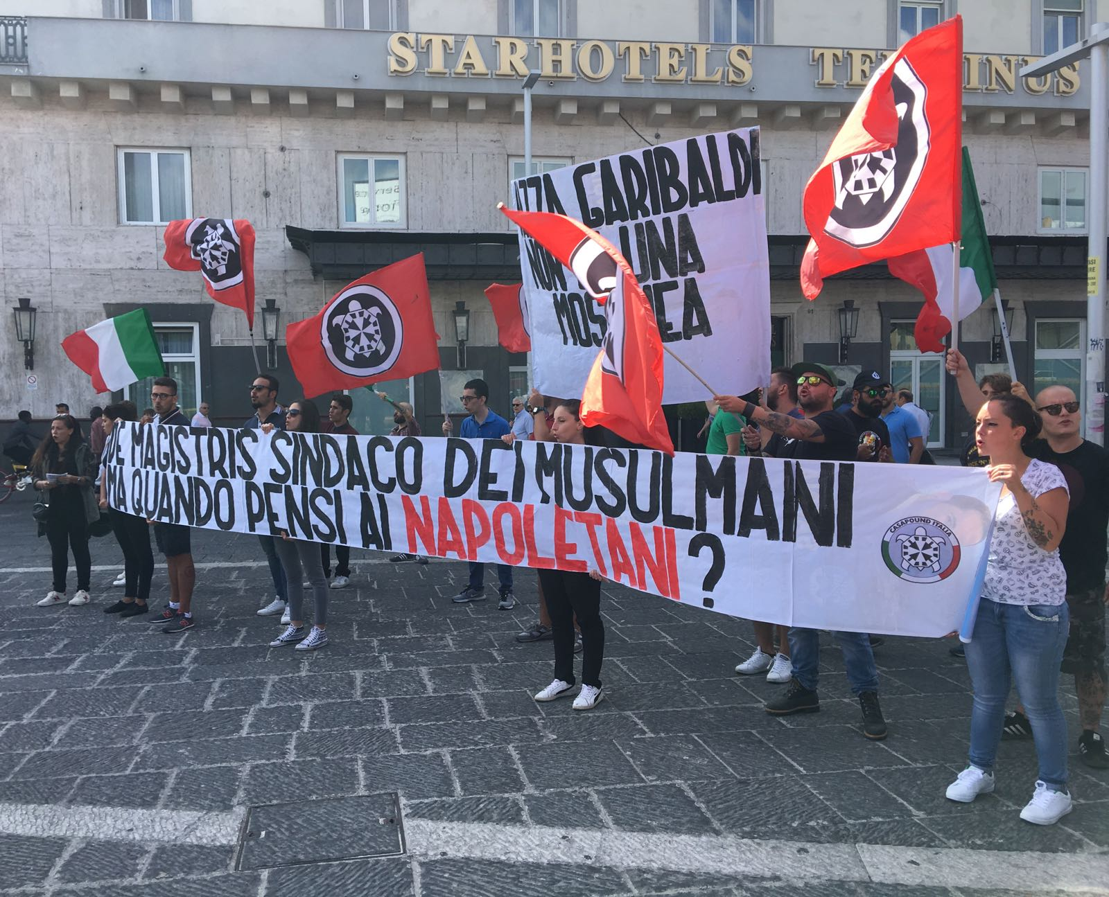 Napoli, neofascisti in piazza contro De Magistris e i migranti